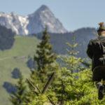 Jäger vor Bergpanorama
